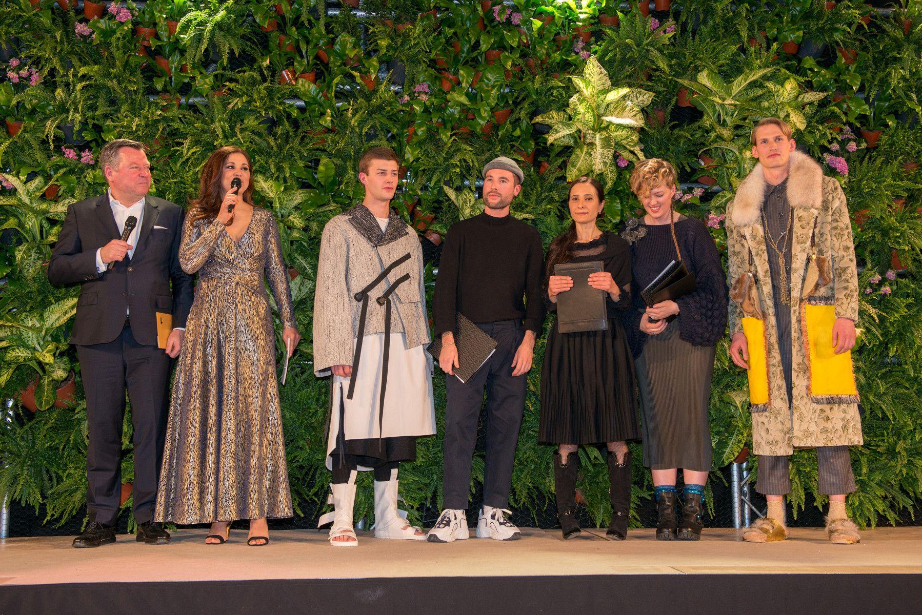 8ee5fedbfd ... Alle Preisträger Münchner beim Modepreis 2018 auf der Bühne mit  Bürgermeister Josef Schmid und Moderatorin Karen ...