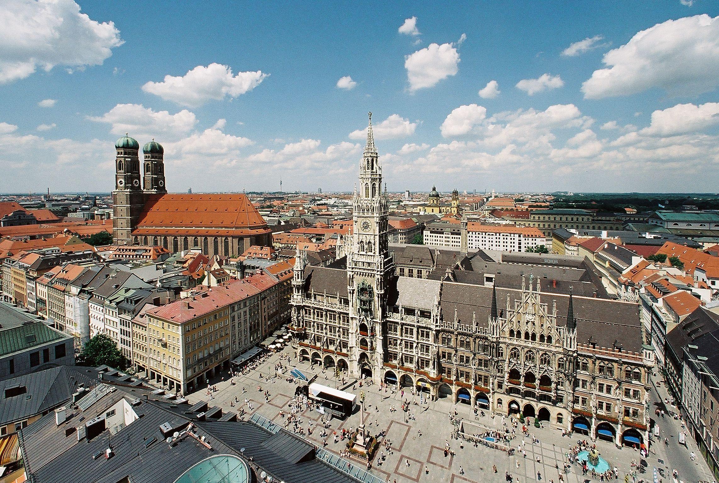 Die Stadt München mit Blick auf Frauenkirche, Marienplatz und Neues Rathaus