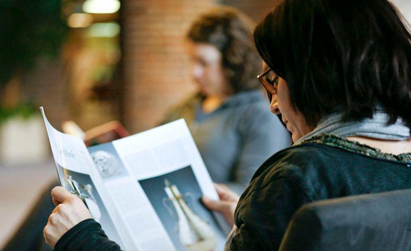 Lesende Frau  Link öffnet eine vergrößerte Darstellung des Bildes.